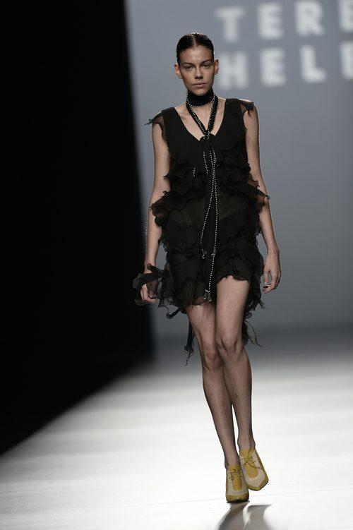 Vestido negro de la colección de primavera/verano 2016 de Teresa Helbig en Madrid Fashion Week