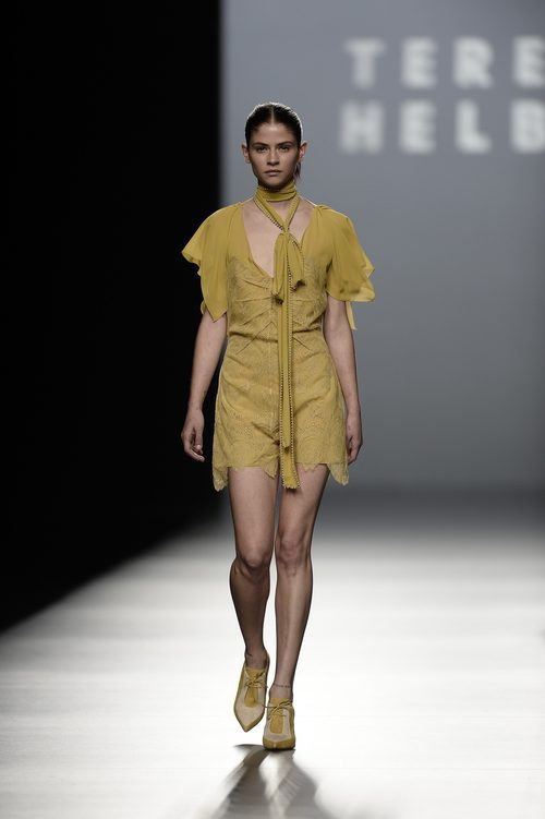 Vestido beige midi de la colección de primavera/verano 2016 de Teresa Helbig en Madrid Fashion Week