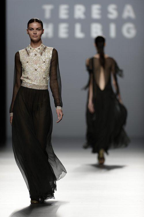 Vestido gris y negro brillante de la colección de primavera/verano 2016 de Teresa Helbig en Madrid Fashion Week