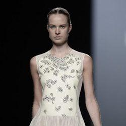 Vestido beige de la colección de primavera/verano 2016 de Teresa Helbig en Madrid Fashion Week