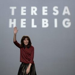 Teresa Helbig al finalizar su desfile de la colección primavera/verano 2016 en la Madrid Fashion Week