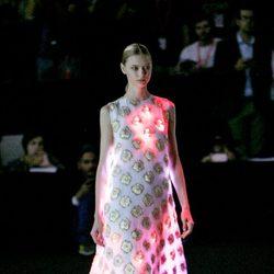 Vestido blanco largo de la colección de primavera/verano 2016 de Alvarno en Madrid Fashion Week