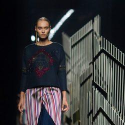 Sweater azul y falda de rayas de la colección de primavera/verano 2016 de Alvarno en Madrid Fashion Week