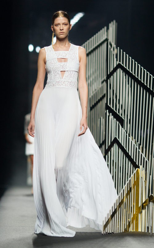 Vestido blanco de la colección de primavera/verano 2016 de Alvarno en Madrid Fashion Week