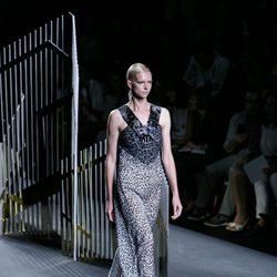 Vestido gris y negro de la colección de primavera/verano 2016 de Alvarno en Madrid Fashion Week
