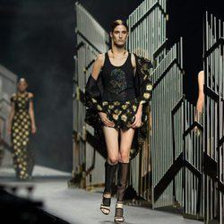 Camiseta y pantalón negros de la colección de primavera/verano 2016 de Alvarno en Madrid Fashion Week