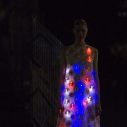 Vestido rojo y azul de la colección de primavera/verano 2016 de Alvarno en Madrid Fashion Week