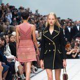 Vestido negro de la colección de Burberry primavera/verano 2016 en London Fashion Week