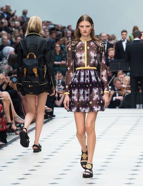 Vestido negro y malva de la colección de Burberry primavera/verano 2016 en London Fashion Week