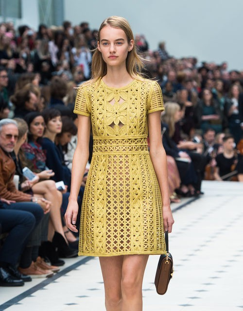 Vestido mostaza de la colección de Burberry para la primavera/verano 2016 en London Fashion Week