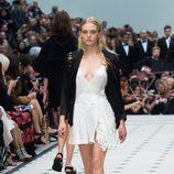 Vestido mostaza de la colección de Burberry primavera/verano 2016 en London Fashion Week