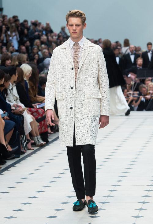 Abrigo beige y pantalón negro de la colección de Burberry primavera/verano 2016 en London Fashion Week