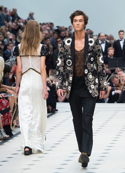 Americana de flores y pantalón negro de la colección de Burberry primavera/verano 2016 en London Fashion Week