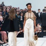 Jumpsuit beige, negro y blanco de la colección de Burberry primavera/verano 2016 en London Fashion Week