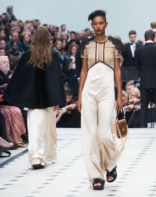 Jumpsuit beige, negro y blanco de la colección de Burberry primavera/verano 2016 en London Fashion Week
