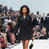 Gabardina negra de la colección de Burberry primavera/verano 2016 en London Fashion Week