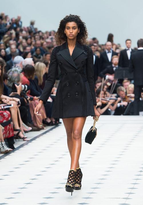 Gabardina negra de la colección de Burberry primavera/verano 2016 en London Fashion Week