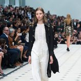 Jumpsuit blanco de la colección de Burberry primavera/verano 2016 en London Fashion Week
