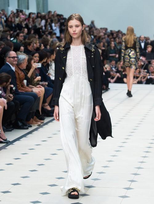 Jumpsuit blanco de la colección de Burberry primavera/verano 2016 en London Fashion Week