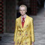 Traje de chaqueta y pantalon mostaza de primavera/verano 2016 de Gucci en MIlan Fashion Week