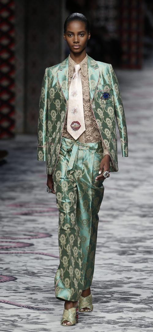 Traje de chaqueta y pantalon verde y beige de primavera/verano 2016 de Milan en London Fashion Week