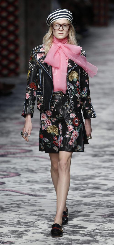 Traje de chaqueta y falda negro de primavera/verano 2016 de Gucci en MIlan Fashion Week