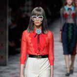 Pantalon beige y camisa roja de primavera/verano 2016 de Gucci en Milan Fashion Week