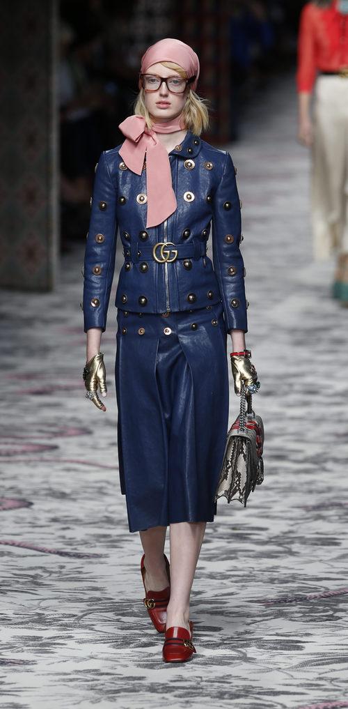 Traje de chaqueta azul marino de primavera/verano 2016 de Gucci en Milan Fashion Week
