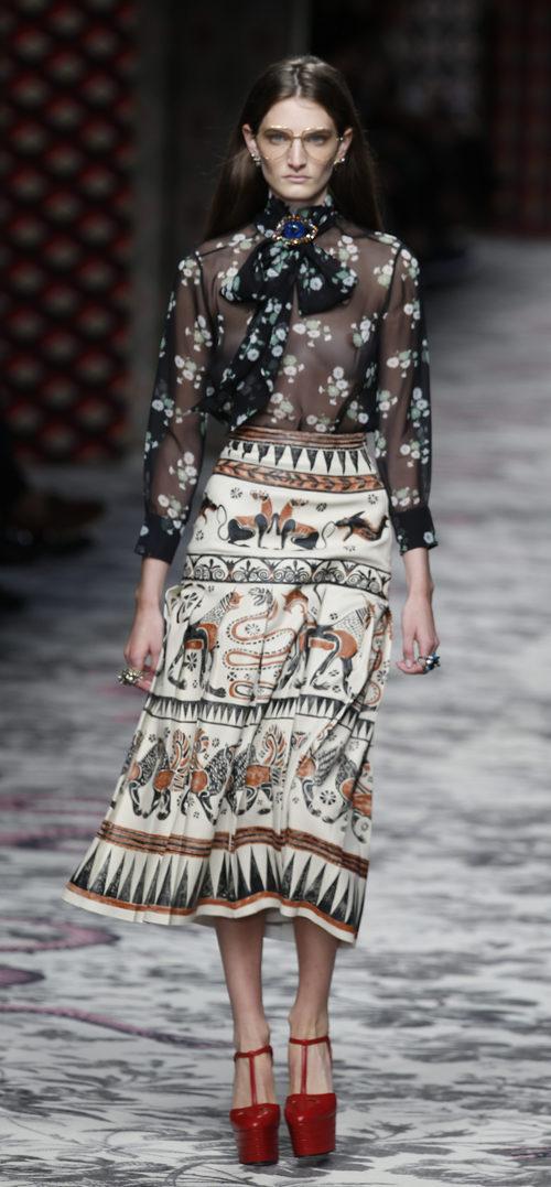 Camisa negra y falda beige de primavera/verano 2016 de Gucci en Milan Fashion Week