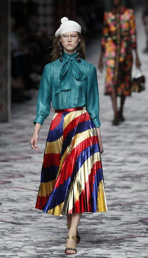 Camisa verde y falda de rayas de primavera/verano 2016 de Gucci en Milan Fashion Week