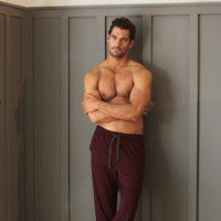 David Gandy con pantalón de pijama granate de la colección especial de Autograph para Marks&Spencer