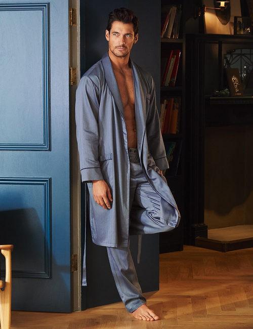 David Gandy con bata azulada de la colección especial de Autograph para Marks&Spencer