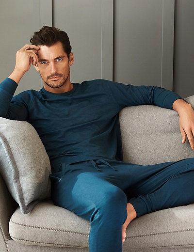 David Gandy con pijama azul de la colección especial de Autograph para Marks&Spencer