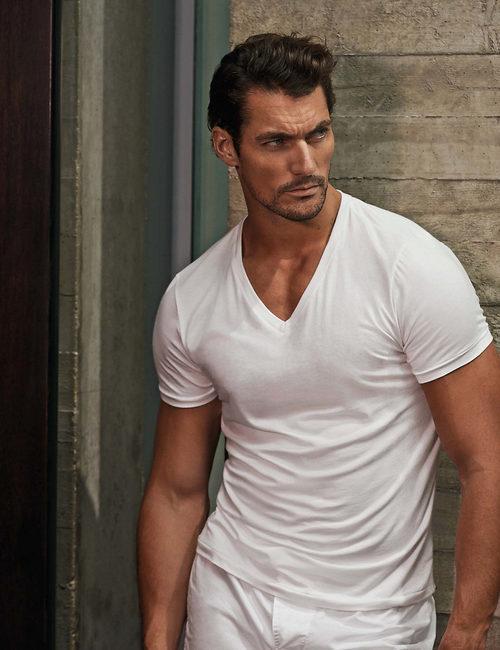 David Gandy con camiseta blanca de la colección especial de Autograph para Marks&Spencer