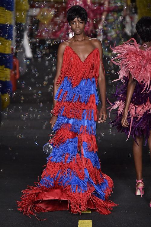 Vestido de flecos rojos y azules de Moschino en la Milan Fashion Week primavera/verano 2016