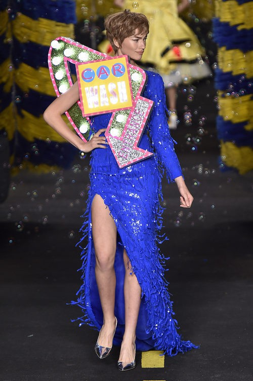 Vestido azul brillante de Moschino en la Milan Fashion Week primavera/verano 2016