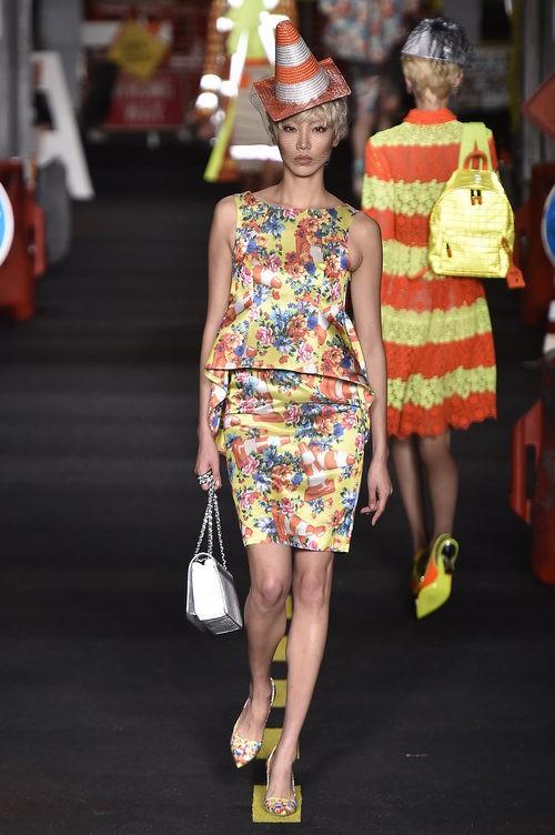 Traje dos piezas de flores de Moschino en la Milan Fashion Week primavera/verano 2016