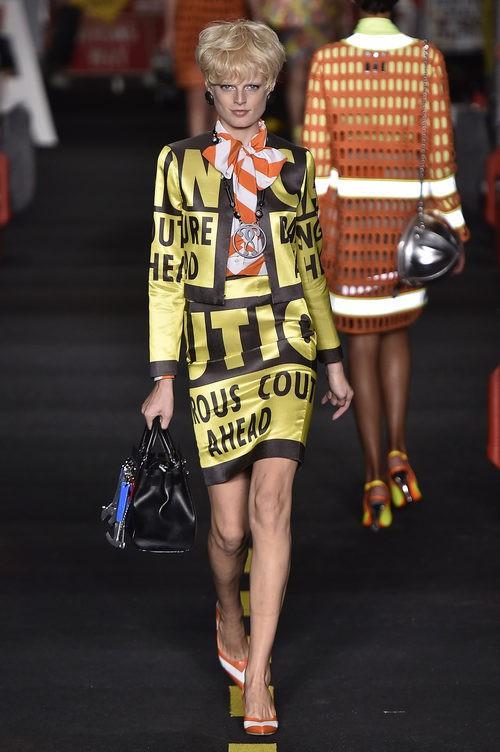 Traje negro y amarillo de Moschino en la Milan Fashion Week primavera/verano 2016