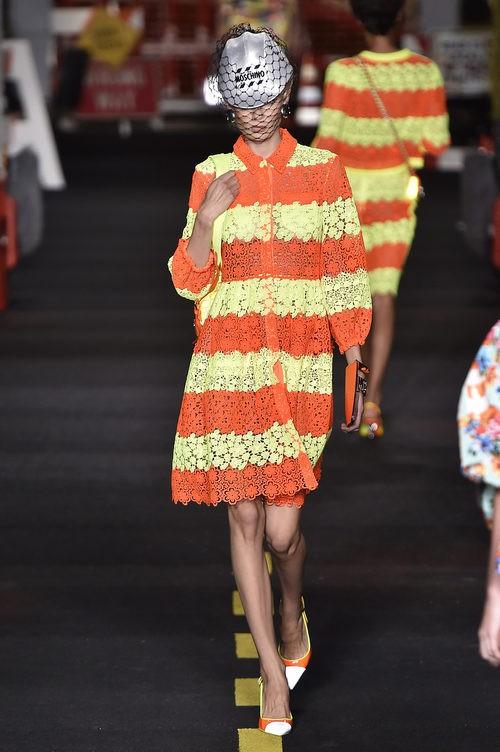 Vestido amarillo y naranja flúor de Moschino en la Milan Fashion Week primavera/verano 2016