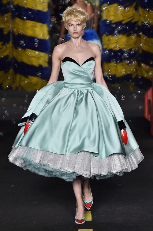 Vestido azul de Moschino en la Milan Fashion Week primavera/verano 2016