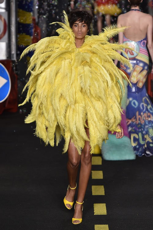 Vestido de plumas amarillas de Moschino en la Milan Fashion Week primavera/verano 2016