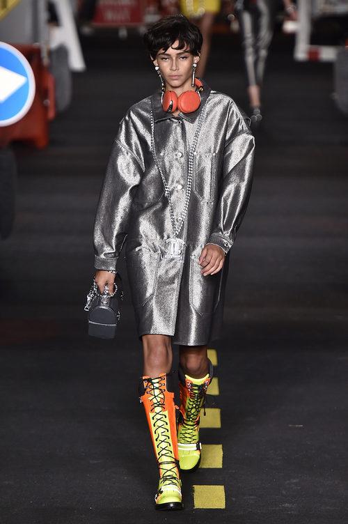 Abrigo plateado de Moschino en la Milan Fashion Week primavera/verano 2016