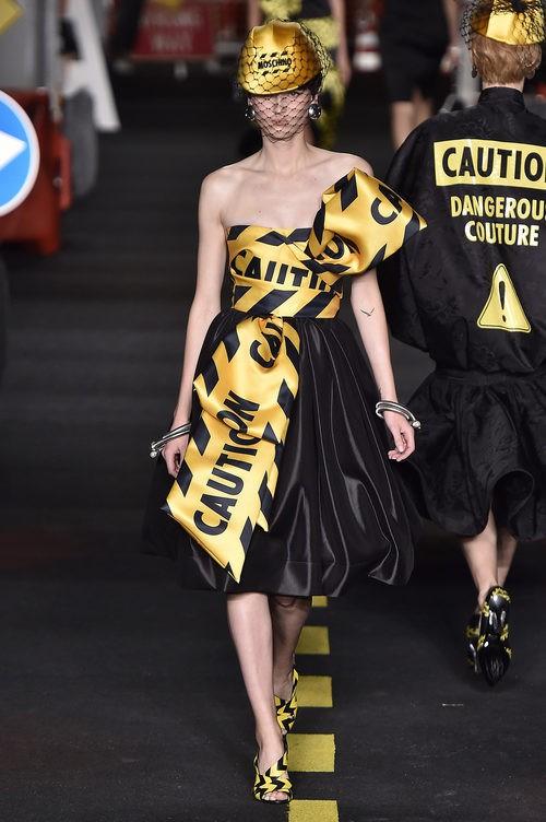Vestido negro palabra de honor de Moschino en la Milan Fashion Week primavera/verano 2016