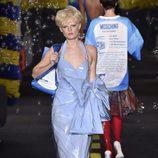 Vestido de látex azul de Moschino en la Milan Fashion Week primavera/verano 2016