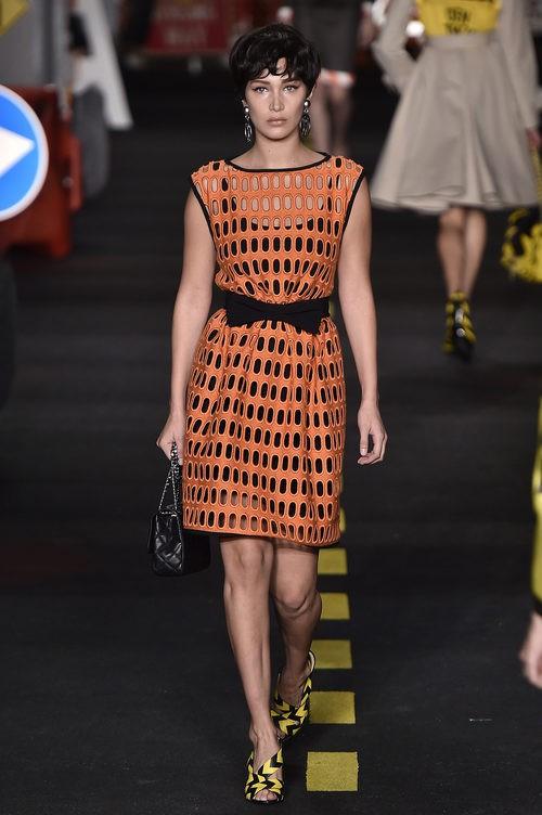 Vestido naranja calado de Moschino en la Milan Fashion Week primavera/verano 2016