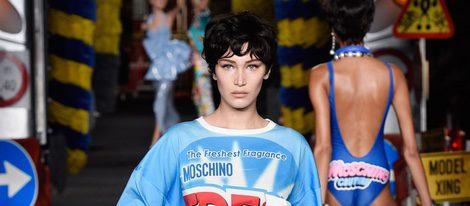 Bella Hadid desfilando con la colección de Moschino en la Milan Fashion Week primavera/verano 2016