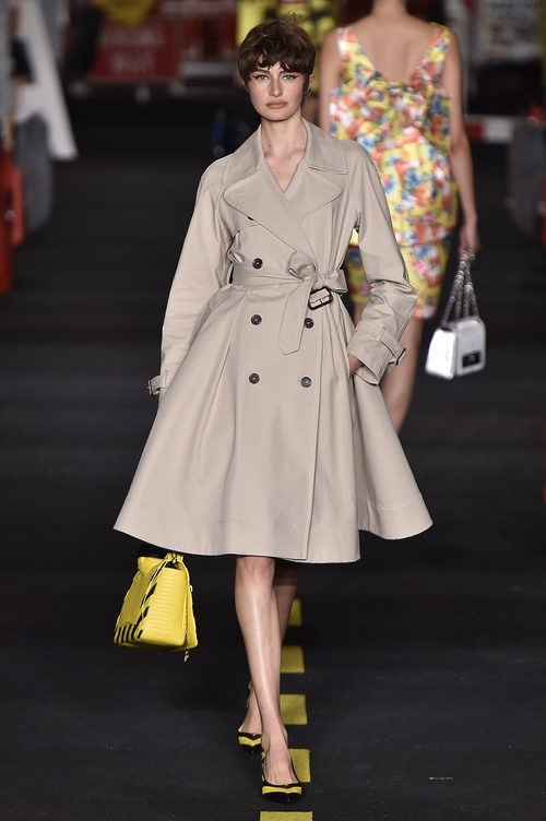Trench beige Moschino en la Milan Fashion Week primavera/verano 2016