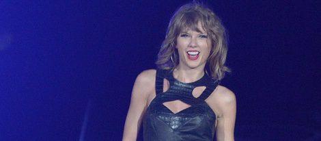 Taylor Swift con un mono de cuero en un concierto en San Diego