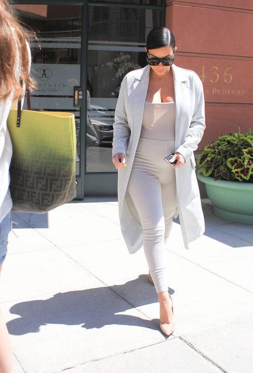 Kim Kardashian con look ajustado beige en su segundo embarazo