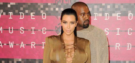 Kim Kardashian con vestido marrón largo en su segundo embarazo